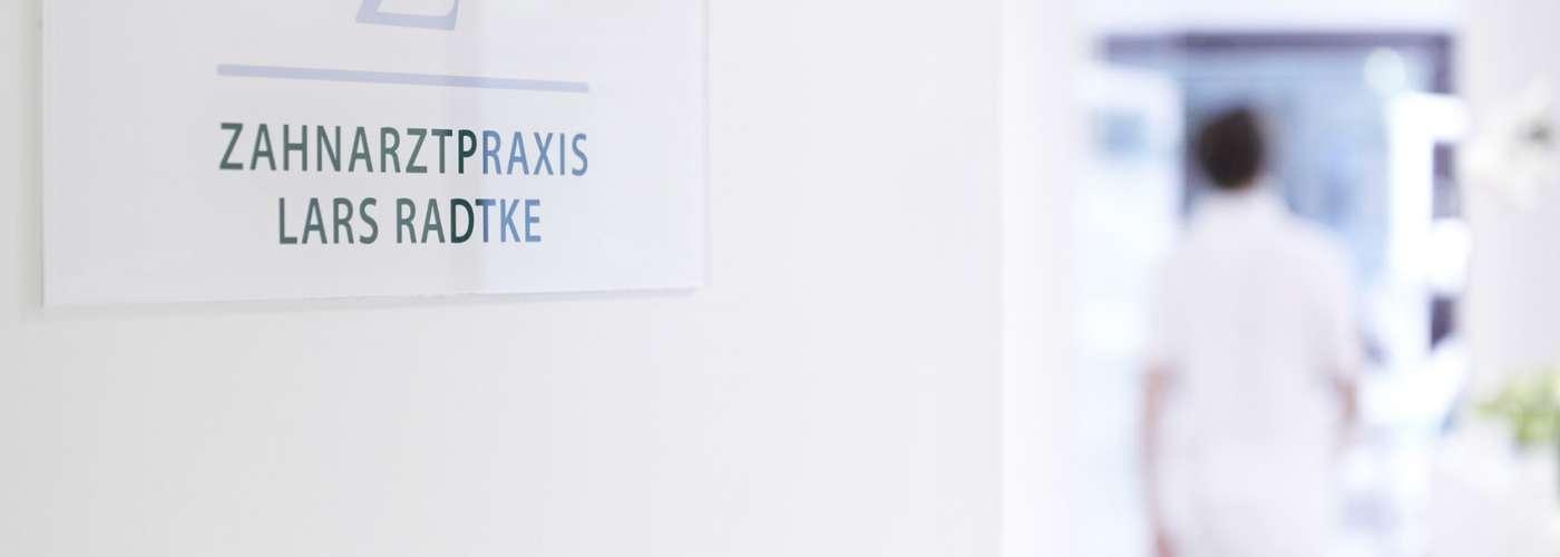 Zahnarztpraxis Lars Radtke; Rotherbaum; Hamburg; Zahnarzt; Praxis; Praxismitarbeiter; Zahnarzthelferin; Praxisraeume; Praxiszimmer; Wartezimmer; Mitarbeiter; Corporate; Bahndlungszimmer; Behandlung; Details; Raeume; Kunde; vor Ort; mobiles Set; Shooting; mobiles Licht; natuerliches Licht; Tageslicht; Mischlicht Lichttechnik; Patient; Empfang; Arzt; Behandlungsstuhl; Technik; Equipment; Zahnarztbedarf; Zahnarzttechnik; Impressionen; Ueberweisung; Geraet; Teamfoto, Praxisfotografie