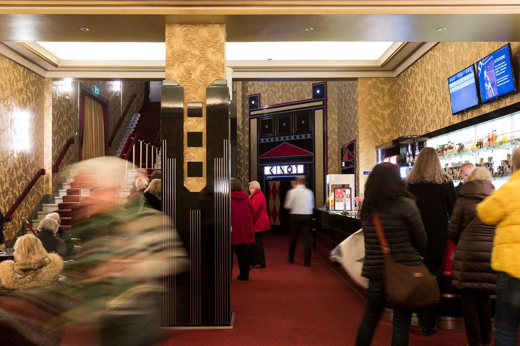 Hamburger Programmkinos für die Hambirger Wirtschaft, Portrait Nils Krueger, Theaterleiter vom Passage Kino Hamburg, Moenckebergstraße 17, 20095 Hamburg, Kino Foyer