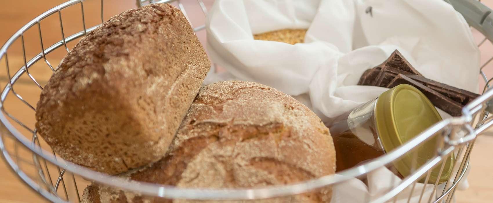 Einkaufskorb und Abfüllbehälter für Getreide und getrocknete Nahrungsmittel im verpackungsfreien Laden für Nachhaltigkeit
