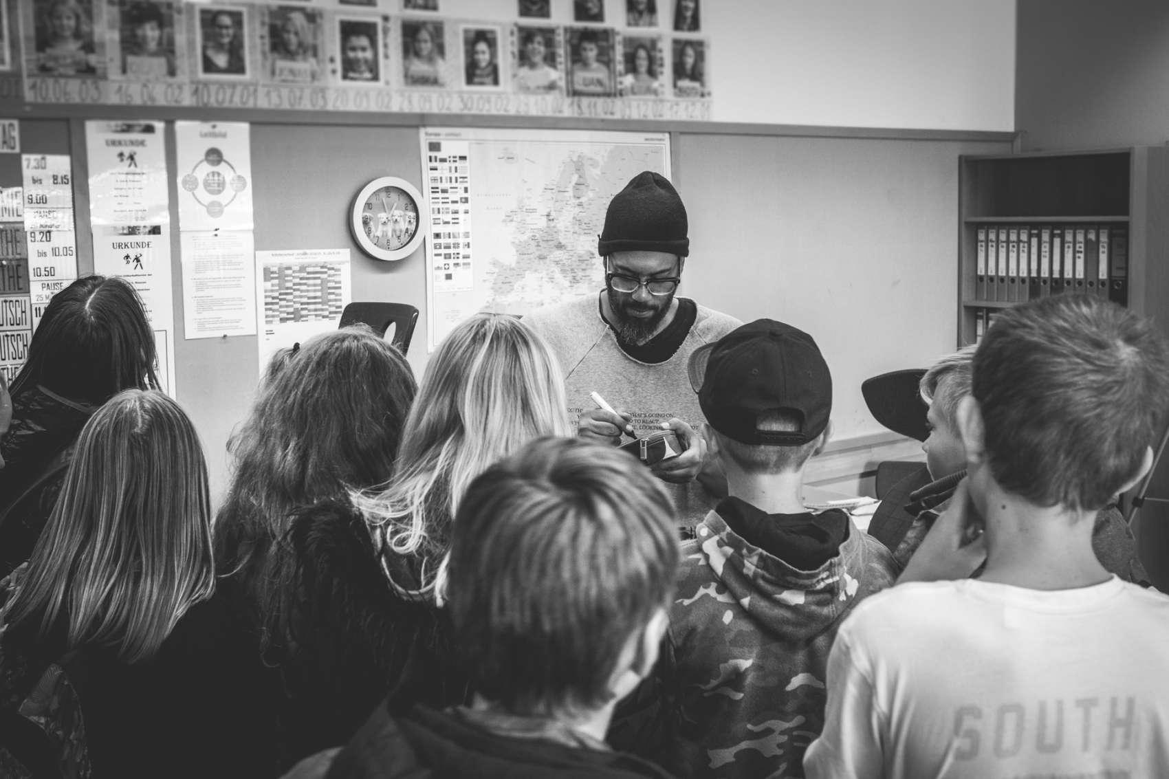 Samy Deluxe als Vertretungslehrer in der Oberschule Hanstedt für das Magazin Spiesser
