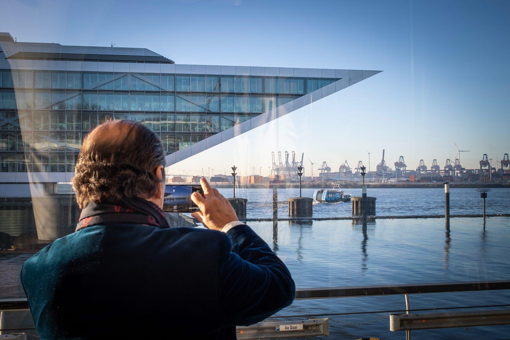 Der Hamburger Hadi Teherani ist ein vielfach international ausgezeichneter Architekt und Designer. Dieses Portrait entstand vor seinem Vortrag bei Creative Mornings zum Thema Symmetrie im AuQuai. Im Hintergrund eines seiner Bauten - das Dockland im Hamburger Hafen.
